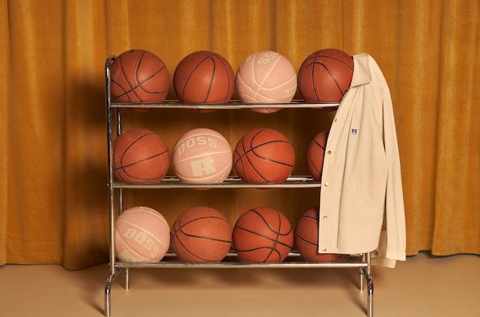 Mehrere Basketbaelle im Wagen aufgereiht