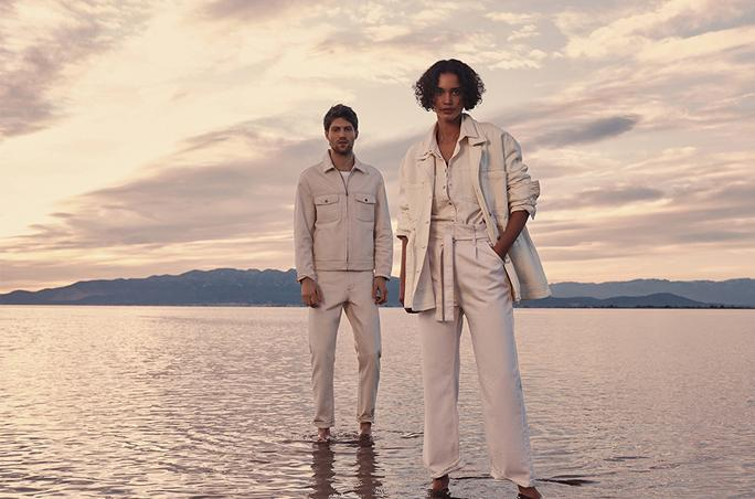 Zwei Models posieren für Mangoam Ufer
