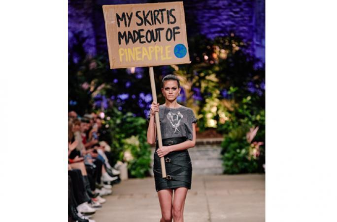 Marina Hoermanseder zeigt Strap Skirt aus Piñatex