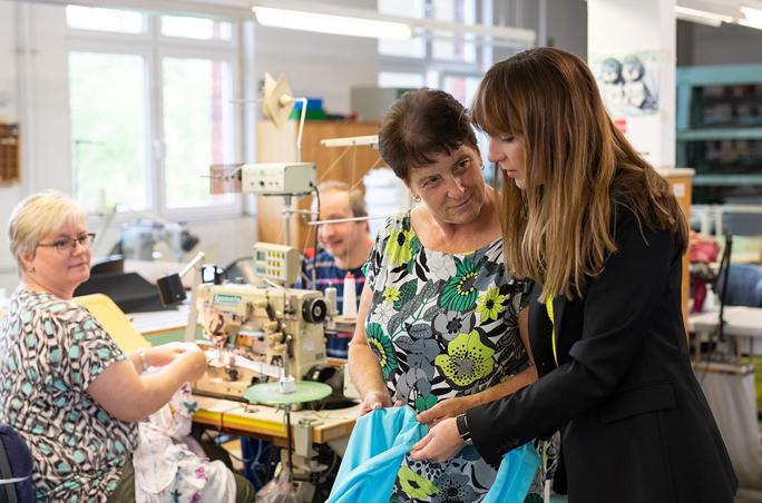 Sara Linke (rechts) mit Mitarbeitern