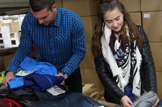 Schöffel spendet Kleidung für Menschen in Not